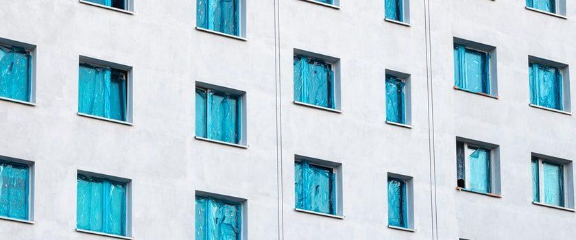 Plastová okna v dřevěném designu nebo masivní dřevo?